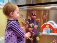 Ребенок и магниты на холодильнике